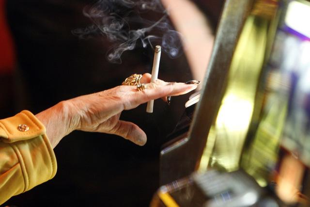 Trẻ em tiếp xúc với khói thuốc có nguy cơ bị cao huyết áp - Ảnh 1.