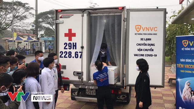 Vaccine ngừa COVID-19 đã đến Bệnh viện Bệnh Nhiệt đới Trung ương - Ảnh 1.