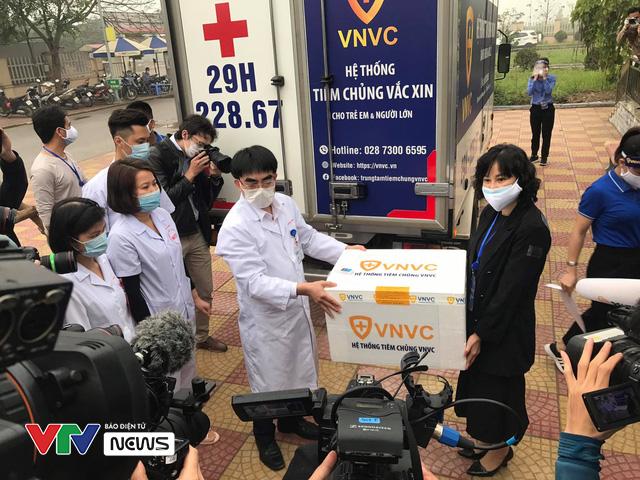 Vaccine ngừa COVID-19 đã đến Bệnh viện Bệnh Nhiệt đới Trung ương - Ảnh 2.
