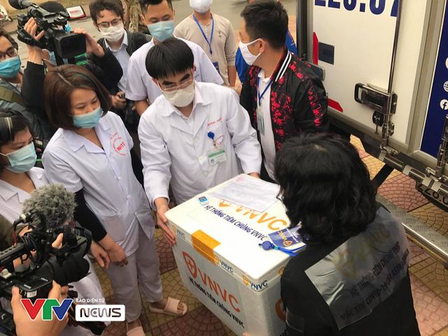 Vaccine ngừa COVID-19 đã đến Bệnh viện Bệnh Nhiệt đới Trung ương - Ảnh 3.