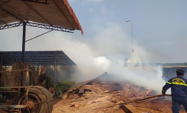 Cháy khu vực chứa gỗ trong khuôn viên Chi cục Hải Quan - Ảnh 1.