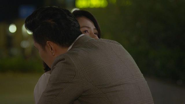 Hướng dương ngược nắng tập 52: Hoàng ôm Minh để tạm biệt đi xa, mượn cớ tỏ tình hay là vì điều khác? - ảnh 3
