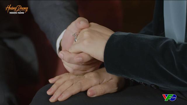 Hướng dương ngược nắng - Tập 53: Nắm chặt tay bà Bạch Cúc thổ lộ tình yêu, ông Quân có nhận được lời hồi đáp? - ảnh 1