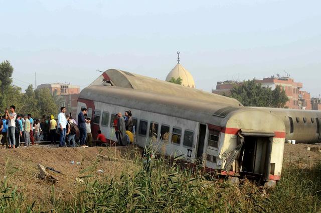 Tai nạn xe lửa gần Cairo (Ai Cập), ít nhất 11 người thiệt mạng và gần 100 người bị thương - Ảnh 1.