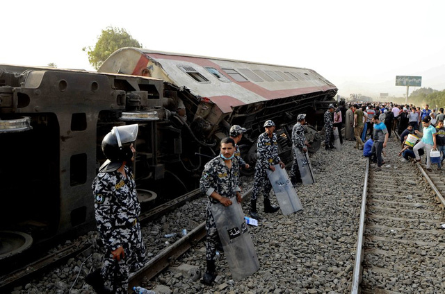 Tai nạn xe lửa gần Cairo (Ai Cập), ít nhất 11 người thiệt mạng và gần 100 người bị thương - Ảnh 2.