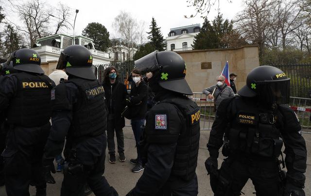 Nga trục xuất 20 nhân viên ngoại giao Czech - Ảnh 1.