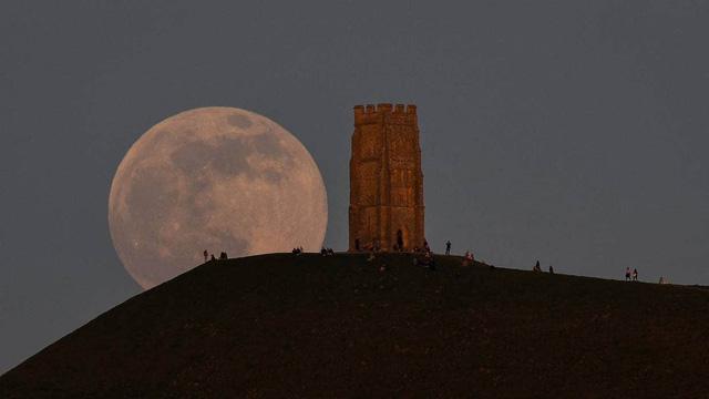 Ngày 27/4, người dân ở nhiều nước chiêm ngưỡng siêu trăng hồng kỳ ảo - ảnh 1