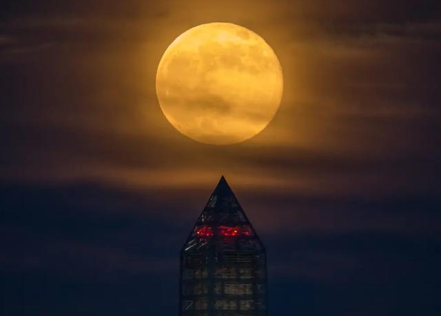 Ngày 27/4, người dân ở nhiều nước chiêm ngưỡng siêu trăng hồng kỳ ảo - ảnh 2
