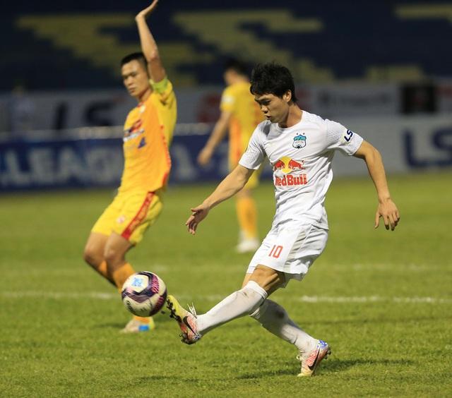 Chùm ảnh: Công Phượng ghi bàn, Hoàng Anh Gia Lai giành 3 điểm trước Đông Á Thanh Hóa - Ảnh 4.