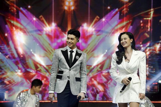 Noo Phước Thịnh - Đông Nhi chăm sóc nhau ân cần trong đại tiệc mừng sinh nhật VTV3 - Ảnh 1.