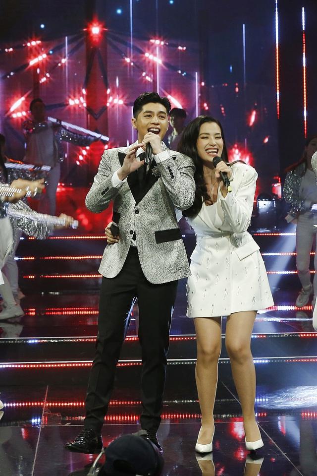 Noo Phước Thịnh - Đông Nhi chăm sóc nhau ân cần trong đại tiệc mừng sinh nhật VTV3 - Ảnh 4.
