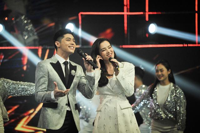 Noo Phước Thịnh - Đông Nhi chăm sóc nhau ân cần trong đại tiệc mừng sinh nhật VTV3 - Ảnh 7.