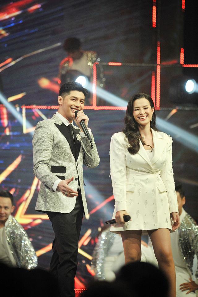 Noo Phước Thịnh - Đông Nhi chăm sóc nhau ân cần trong đại tiệc mừng sinh nhật VTV3 - Ảnh 6.