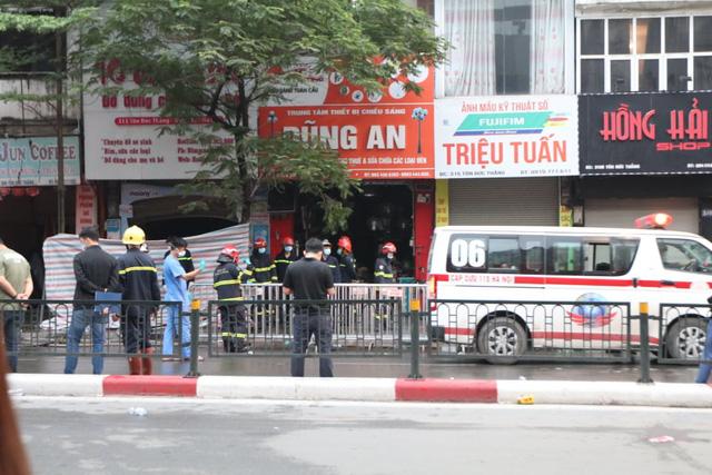Tìm thấy 2 thi thể trong vụ cháy cửa hàng đồ sơ sinh ở phố Tôn Đức Thắng - Ảnh 1.