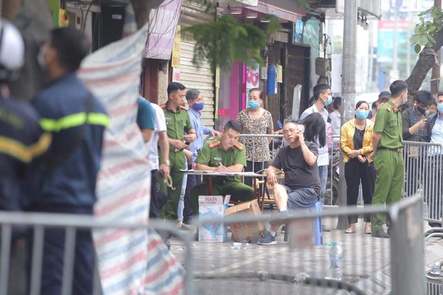 Vụ cháy ở phố Tôn Đức Thắng: Cả 4 người trong gia đình tử vong, nguyên nhân do chập điện - Ảnh 2.