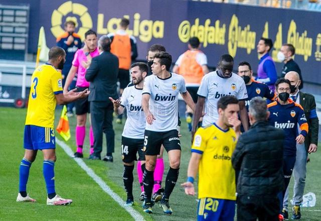 Cả đội Valencia bỏ thi đấu khi đồng đội bị phân biệt chủng tộc - Ảnh 3.