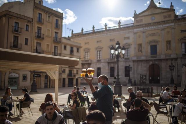 """""""Sóng"""" COVID-19 thứ 3 dập tắt hy vọng phục hồi ngành du lịch châu Âu - ảnh 2"""