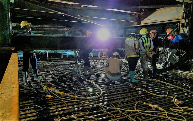 Thi công xuyên đêm hoàn thành đổ bê tông sàn nhà ga Bến Thành - Ảnh 4.