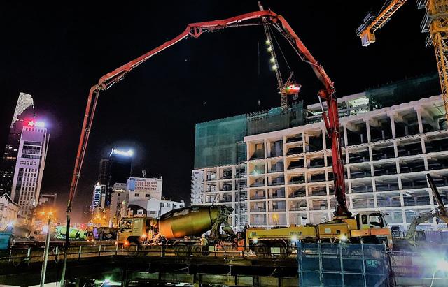 Thi công xuyên đêm hoàn thành đổ bê tông sàn nhà ga Bến Thành - Ảnh 1.
