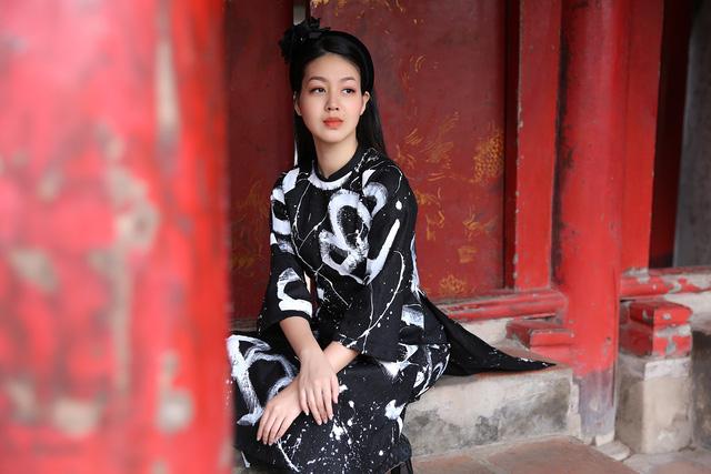 MC Hồng Nhung duyên dáng trong áo dài cách tân - Ảnh 1.