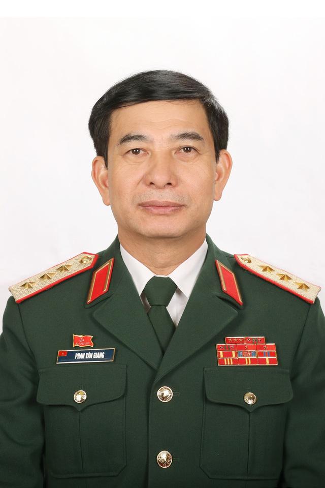 Tóm tắt tiểu sử Bộ trưởng Bộ Quốc phòng Phan Văn Giang - Ảnh 1.