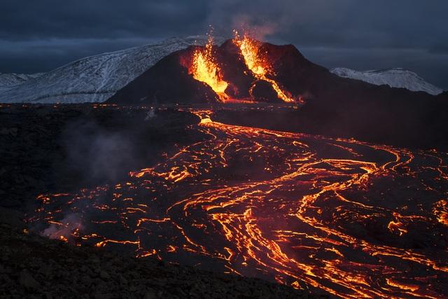Núi lửa ở Iceland phun trào, hàng chục nghìn người tới chiêm ngưỡng - Ảnh 1.