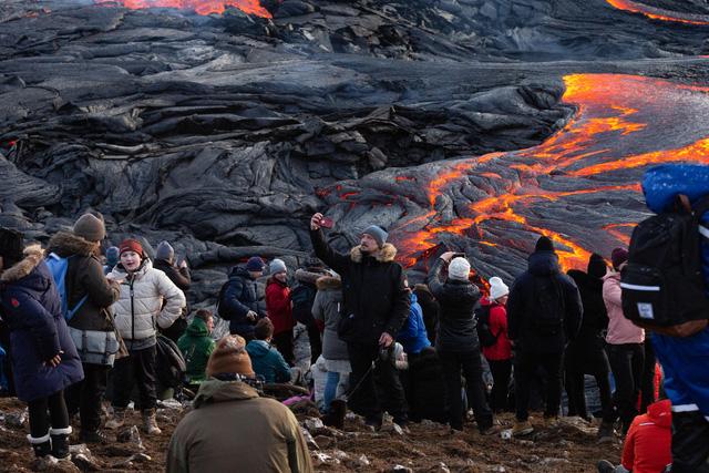 Núi lửa ở Iceland phun trào, hàng chục nghìn người tới chiêm ngưỡng - Ảnh 2.