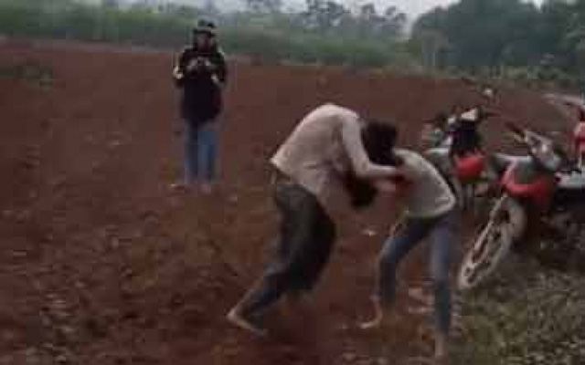 Làm rõ clip ghi lại cảnh hai nữ sinh lao vào đánh nhau quyết liệt - Ảnh 1.