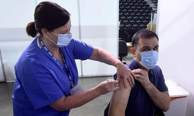 Vaccine AstraZeneca hình thành cục máu đông là phản ứng có hại rất hiếm gặp - Ảnh 1.