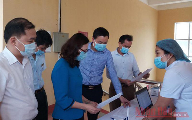 Medical staff in Yen Bai Province check the medical reporting in Yen Binh District. (Photo: ND)O/Thanh Son)