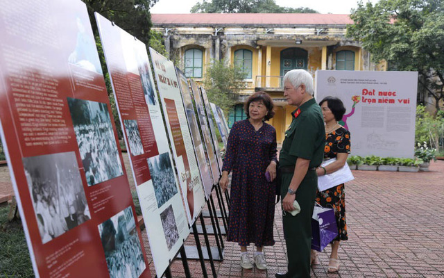 The exhibition on historic moments at the Thang Long Imperial Citadel in Hanoi