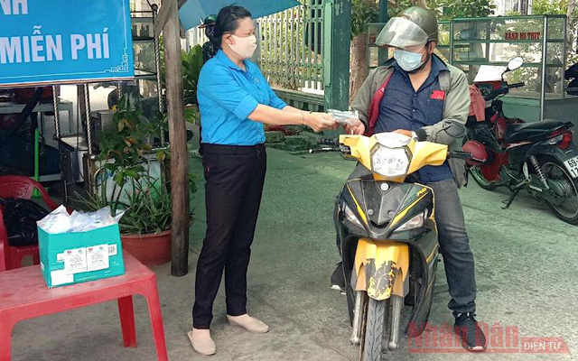 Distributing free face masks for COVID-19 prevention in Ca Mau Province. (Photo: NDO/Huu Tung)
