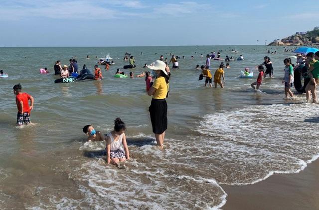 Sầm Sơn đảo chiều: Du khách ùn ùn đổ về, bãi biển ken đặc người - Ảnh 2.