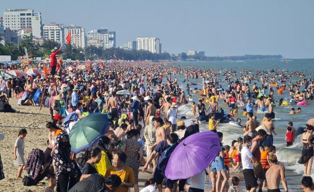 Sầm Sơn đảo chiều: Du khách ùn ùn đổ về, bãi biển ken đặc người - Ảnh 3.