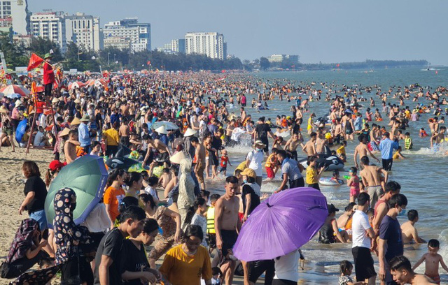 Sầm Sơn đảo chiều: Du khách ùn ùn đổ về, bãi biển ken đặc người - Ảnh 4.