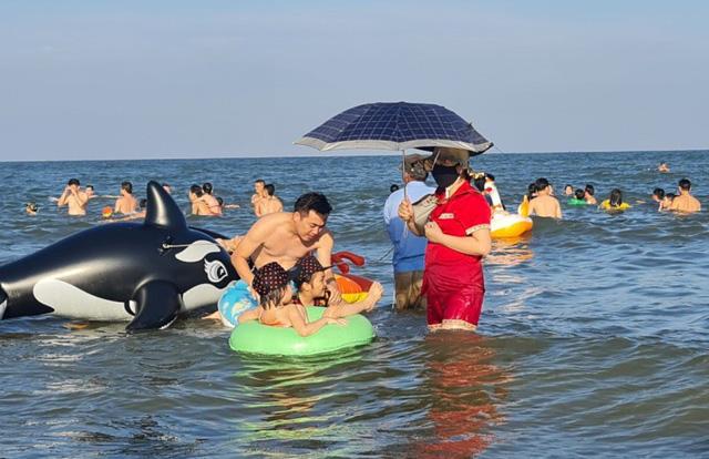 Sầm Sơn đảo chiều: Du khách ùn ùn đổ về, bãi biển ken đặc người - Ảnh 10.