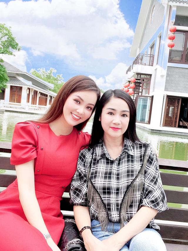 Dàn BTV, MC tuần qua: Thụy Vân đọ sắc với NSND Thu Hà, Mạnh Khang khoe mẹ xinh đẹp - ảnh 17