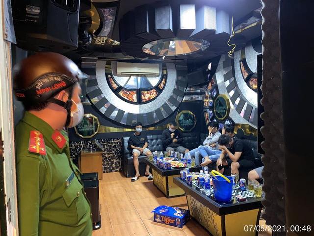 Nhiều quán massage, karaoke, café vẫn hoạt động như không có dịch COVID-19 - Ảnh 1.