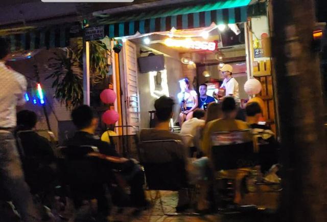 Nhiều quán massage, karaoke, café vẫn hoạt động như không có dịch COVID-19 - Ảnh 2.