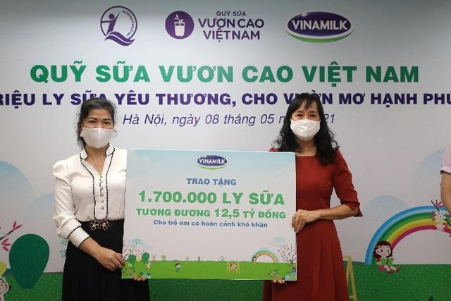 Vinamilk và Quỹ sữa Vươn cao Việt Nam 2021 trao tặng 1,7 triệu ly sữa hỗ trợ trẻ em khó khăn - Ảnh 1.