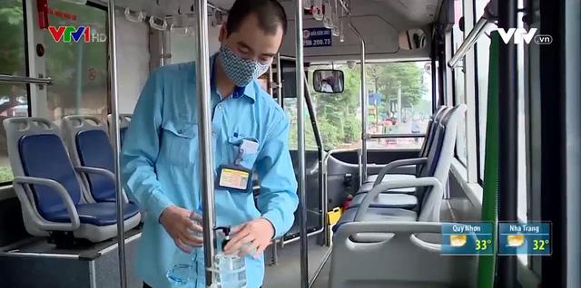 Tăng cường phòng chống dịch trên từng chuyến xe bus - Ảnh 1.