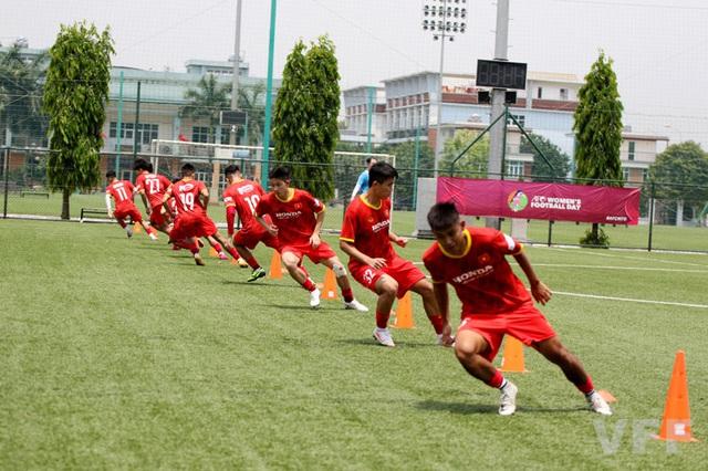 Các cầu thủ ĐT U22 Việt Nam nỗ lực vượt qua bài kiểm tra thể lực - Ảnh 2.