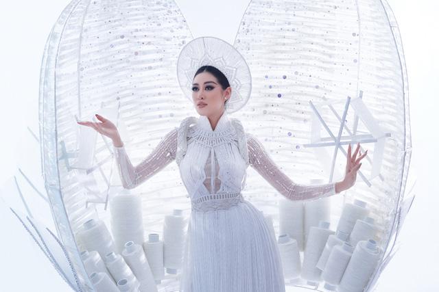 Khánh Vân sẵn sàng trình diễn trang phục dân tộc nặng 30kg tại Miss Universe - Ảnh 2.