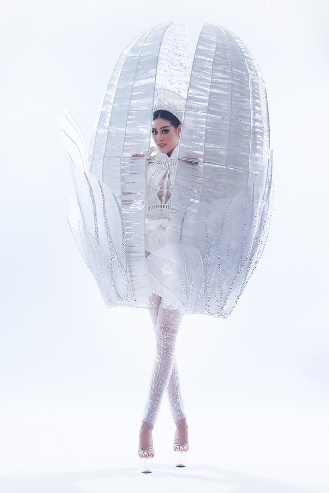Miss Universe: Khánh Vân với cú xoay ấn tượng ở phần thi trang phục dân tộc - Ảnh 4.