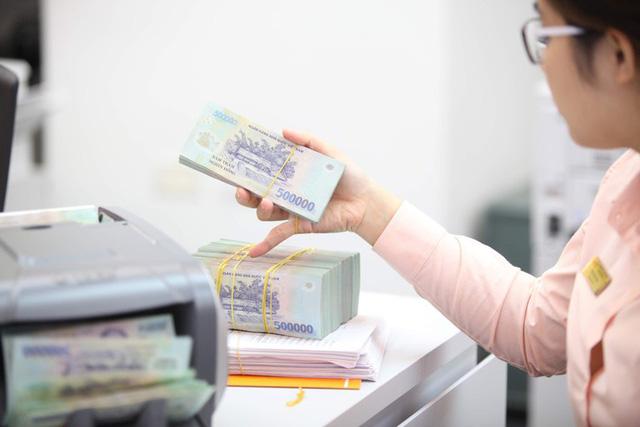 Tiền nhàn rỗi vẫn chảy vào ngân hàng dù lãi suất thấp - Ảnh 1.