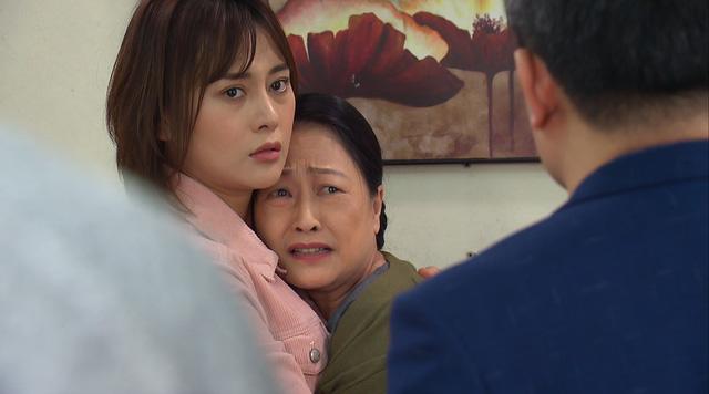 Hương vị tình thân - Tập 18: Nam (Phương Oanh) qua đêm ở nhà Long (Mạnh Trường), sững sờ khi thấy ảnh con gái bà Dần - Ảnh 4.