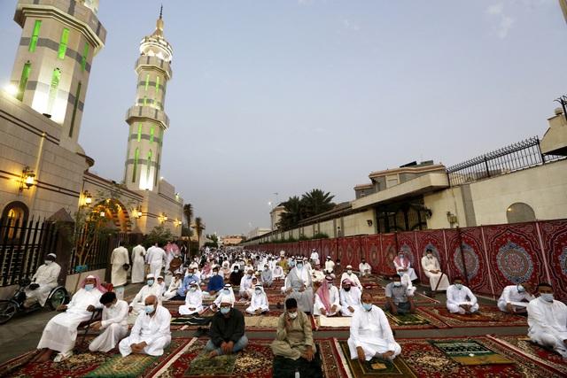 Người Hồi giáo trên khắp thế giới bắt đầu lễ Eid al-Fitr trong bối cảnh dịch bệnh COVID-19 - Ảnh 1.