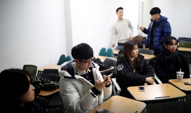 Giới trẻ Hàn Quốc dốc hầu bao, đổ xô đầu tư tiền ảo - Ảnh 1.