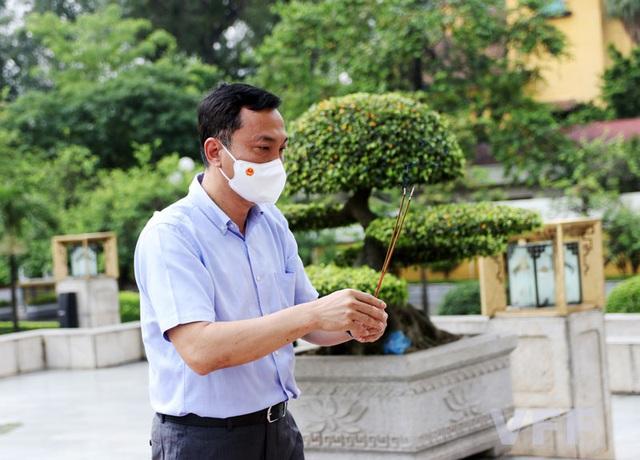 ĐT Việt Nam dâng hương tại Đài tưởng niệm các Anh hùng liệt sĩ tượng đài Bắc Sơn - Ảnh 1.