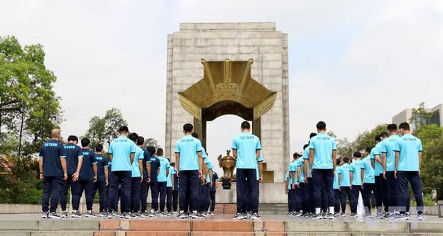 ĐT Việt Nam dâng hương tại Đài tưởng niệm các Anh hùng liệt sĩ tượng đài Bắc Sơn - Ảnh 4.